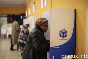 Des-Sud-Africains-votent-lors-municipales