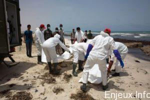 des-membres-de-la-croix-rouge-libyenne-transportent-des-corp
