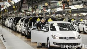 Employees of German car manufacturer Volkswagen (VW) check VW Golf cars on March 8, 2010 at the main plant in Wolfsburg, northern Germany. Volkswagen holds its annual results 2009 press conference on March 11, 2010. AFP PHOTO DDP / DAVID HECKER GERMANY OUT