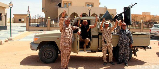 Les forces du gouvernement libyen reprennent deux villes à EI