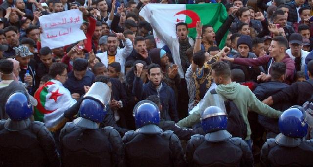 Garde à vue à nouveau prolongée pour quatre contestataires en Algérie