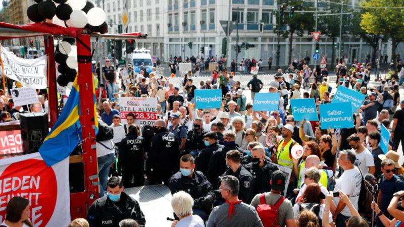 Les forces de l'ordre allemandes dispersent un rassemblement d'«anti-masques» à Berlin