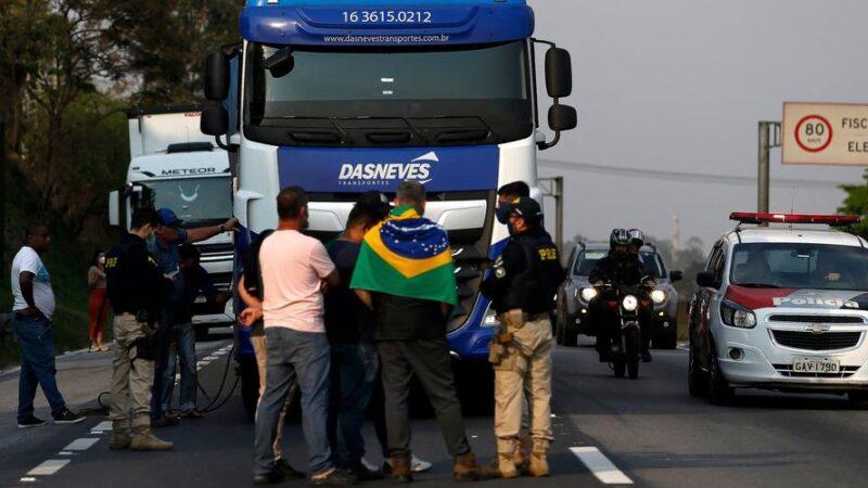 Brésil : Des chauffeurs poids lourds pro-Bolsonaro paralysent des routes