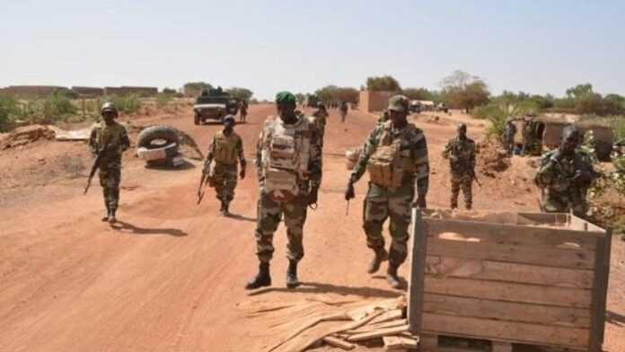 Mali : cinq militaires tués dans l'attaque d'un convoi